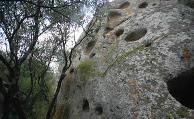 Grotta dell'Utero di Pitigliano Parete Esterna Coppelle Etruscan Corner