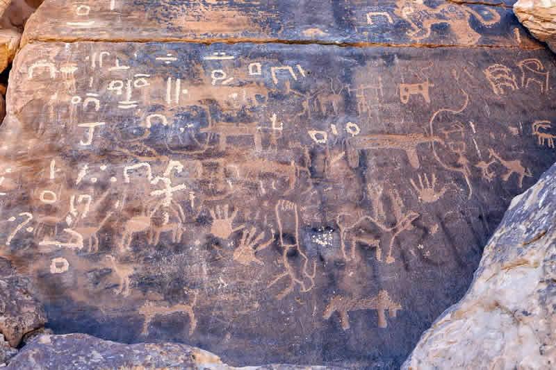 Scritto Nella Roccia - Qaryat Al Asba - Petroglifi